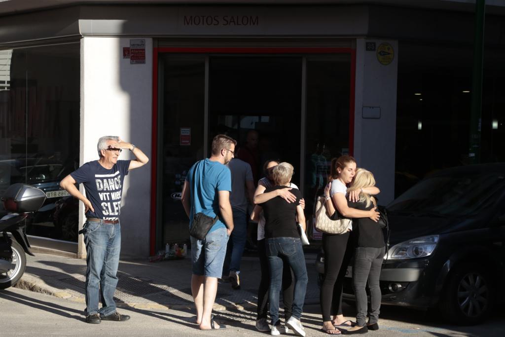 Amigos y familiares del piloto fallecido se reúnen frente a Motos Salom