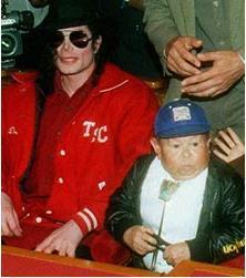 Mihaly «Michu» Meszaros junto al cantante Michael Jackson.