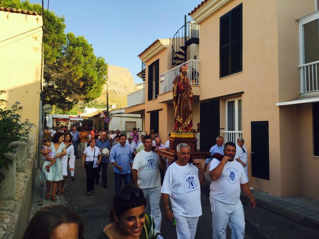 En la Colonia de Sant Pere los vecinos salieron en procesión con la imagen del santo.