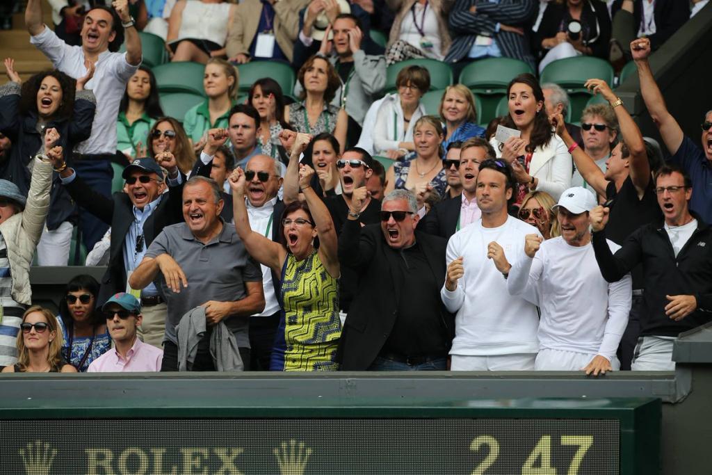 Carlos Moyá, entrenador de Raonic, celebra la victoria del tenista en la semifinal de Wimbledon