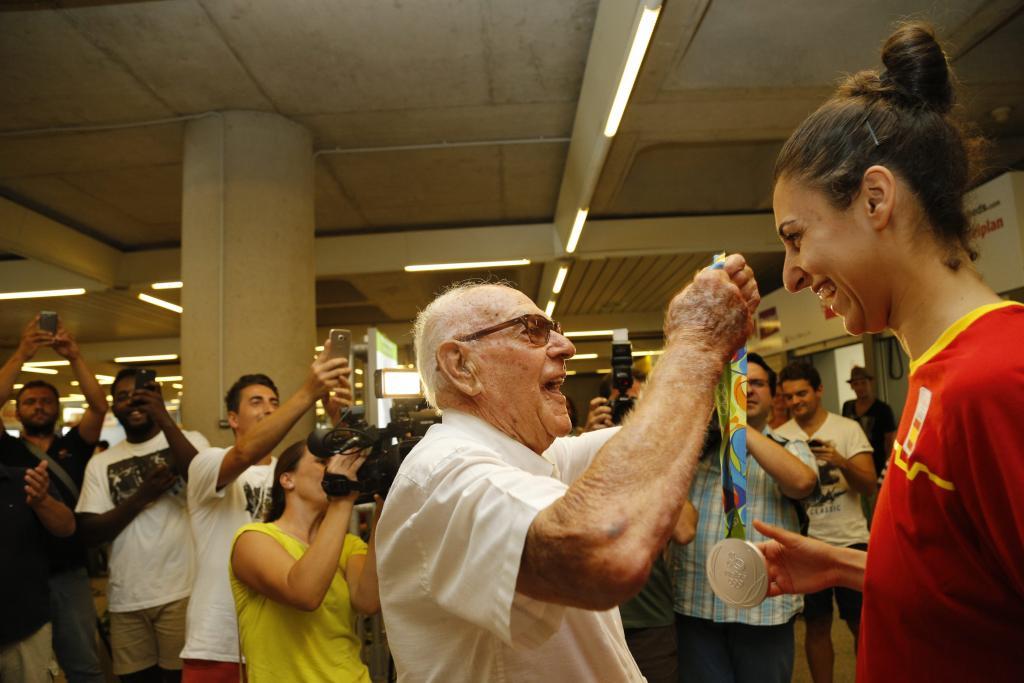 El abuelo de Alba Torrens le cuelga al cuello la medalla de plata conseguida en Río