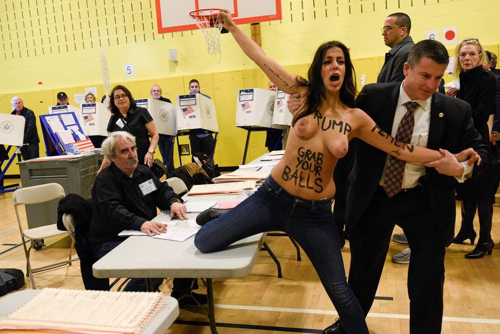 Una activista de Femen protesta en el colegio electoral donde horas más tarde ha votado Trump