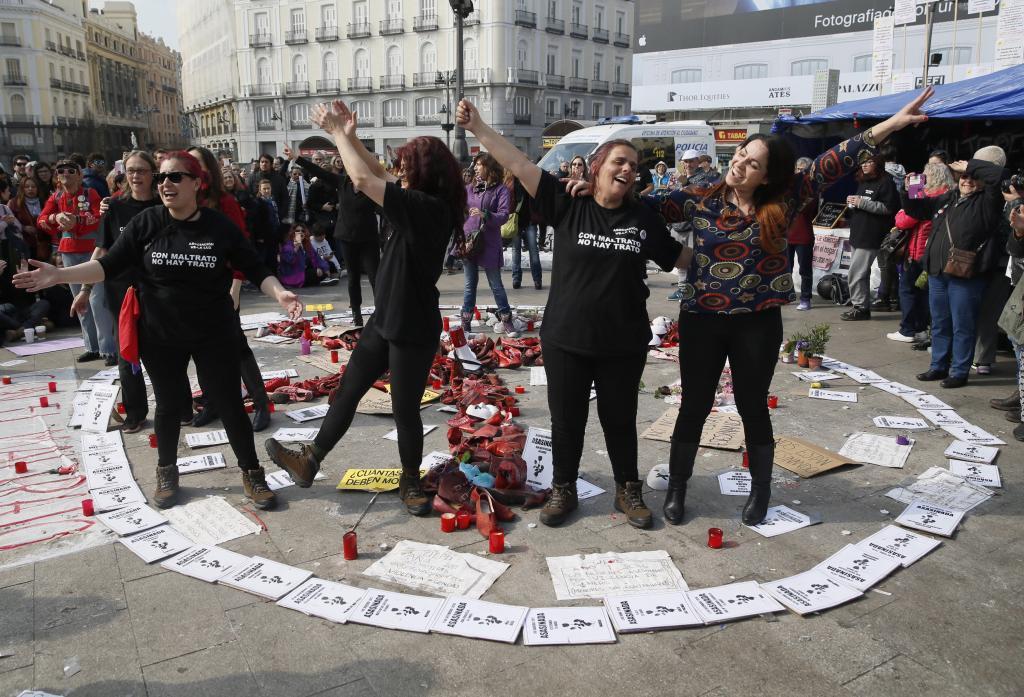 Sancionan a las mujeres que están en huelga en la Puerta del Sol por ...