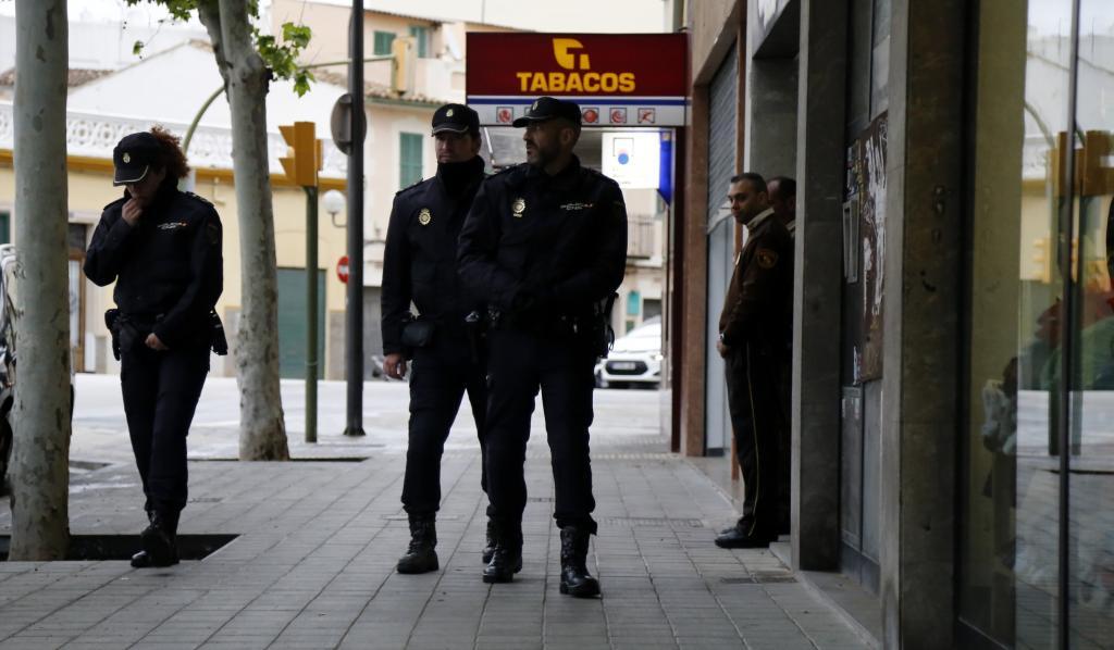 La Policía Nacional ante el inmueble.