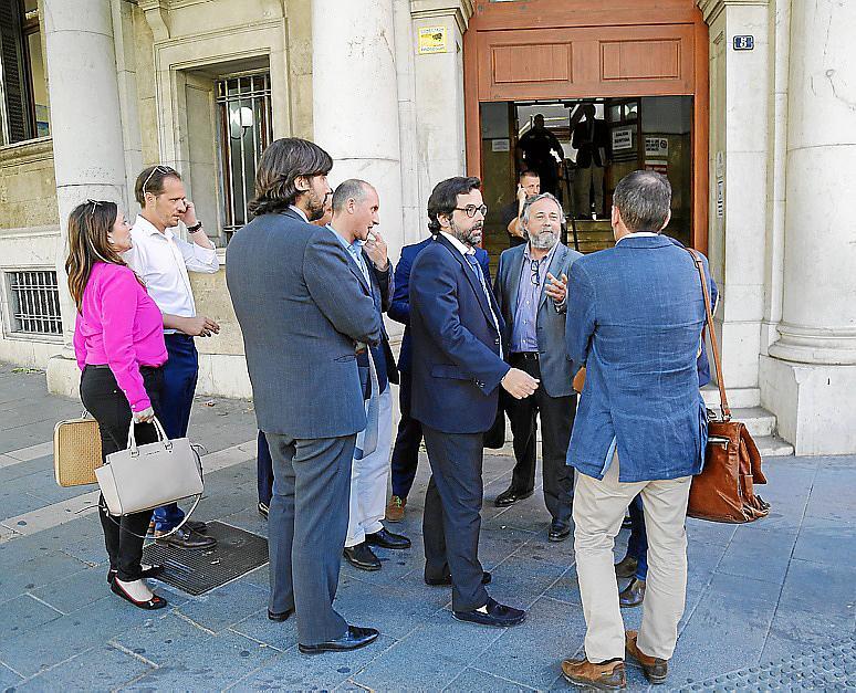 Los abogados tras el plantón.