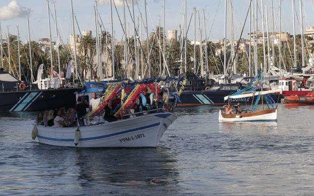La procesión marítima contó con la participación de numerosas barcas.