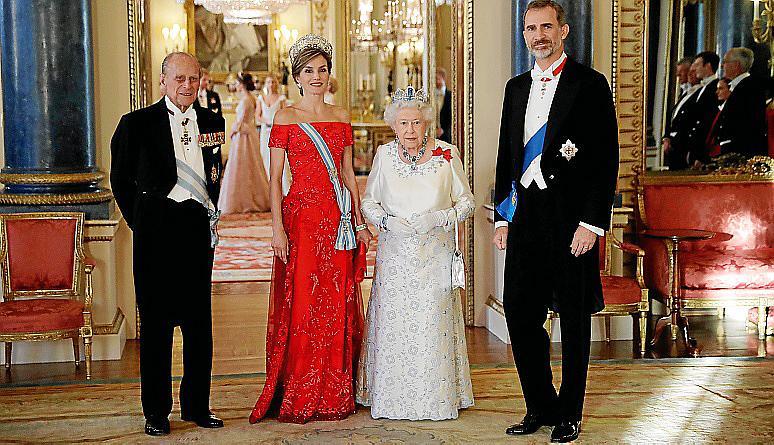 Los Reyes, con Isabell II y su esposo, en la cena de gala.