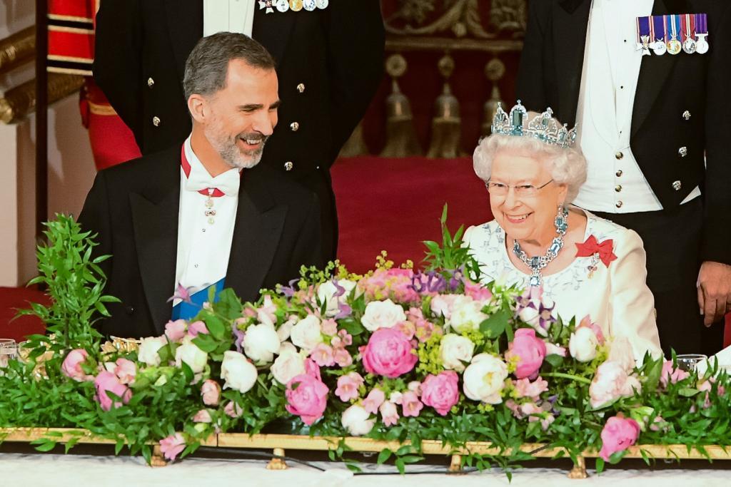 Felipe VI junto a Isabel II.