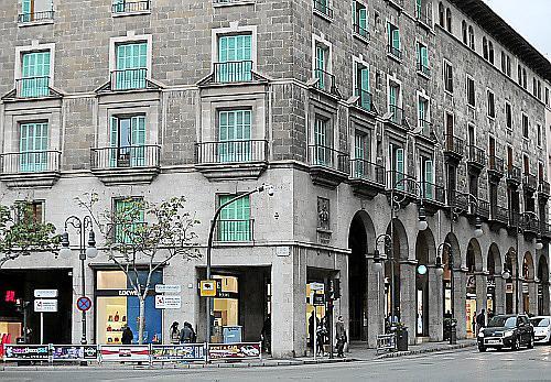 PALMA. COMERCIO. LOEWE BUSCA NUEVO LOCAL. Loewe desaparecerá del local en la esquina de Jaume III