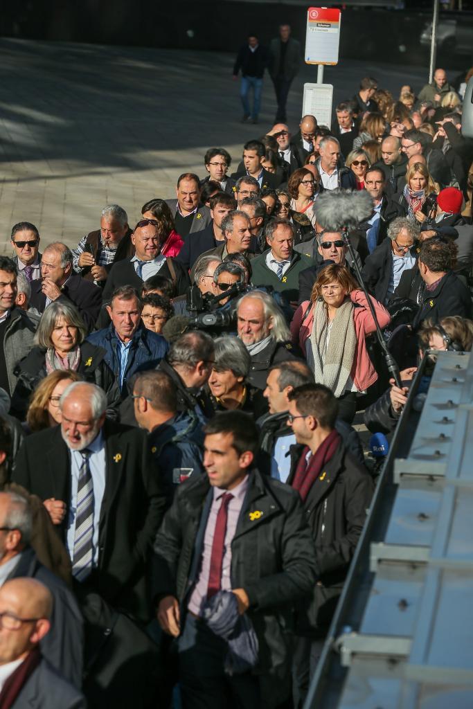 Dos centenares de alcaldes catalanes viajan a Bruselas para apoyar a Carles Puigdemont y el resto de consellers