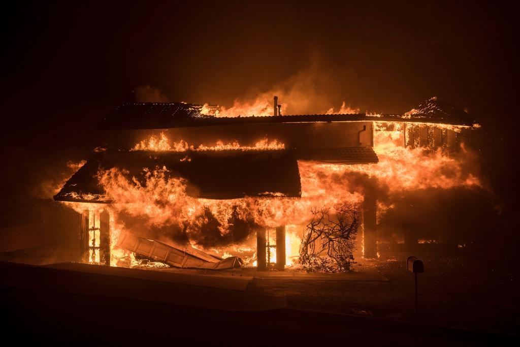 Un incendio arrasa varias viviendas y hectáreas al sur de California