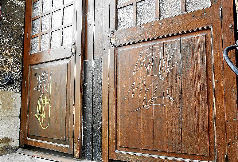 palma local pintadas iglesia santa creu foto joan torres