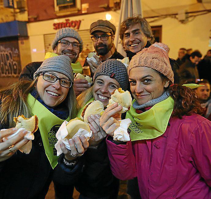 AL RICO LLONGUET. Cientos de personas disfrutan en Palma de la popular Llonguetada