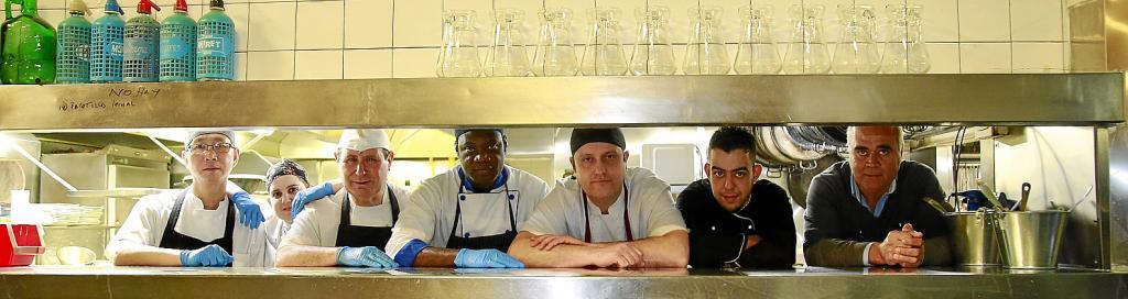 Tolo Mayol, primero por la derecha, junto a la brigada de cocina del Celler Sa Premsa, local que este año está de aniversario.