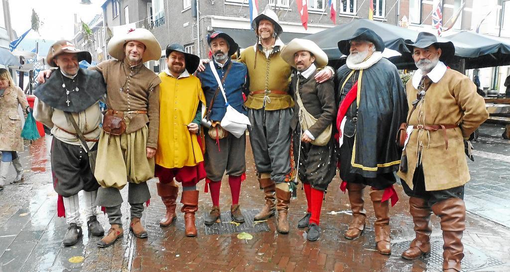 Juan Bernardo Albertí Dumas (primero por la derecha), junto a recreadores de la batalla. A la derecha, campamentos donde dormir y asedio con las lanzas.