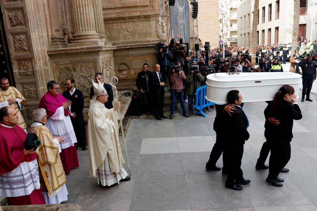 Unas 5.000 personas dan el último adiós a Gabriel y arropan a sus padres en un solemne funeral en la Catedral de Almería