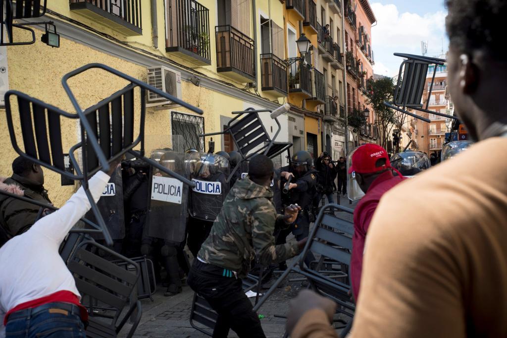 Enfrentamientos entre senegaleses y policías en la concentración de Lavapiés