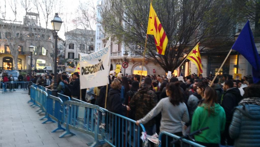 Manifestación ante la Delegación del Gobierno de Palma para rechazar los encarcelamientos de políticos catalanes
