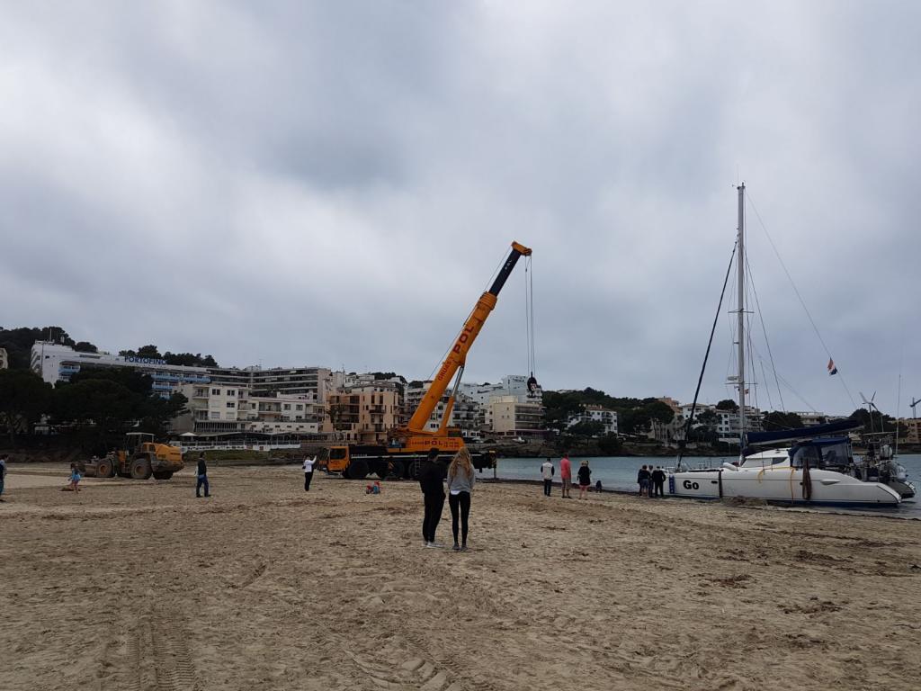 Retiran el catamarán que quedó varado en la playa de Santa Ponça