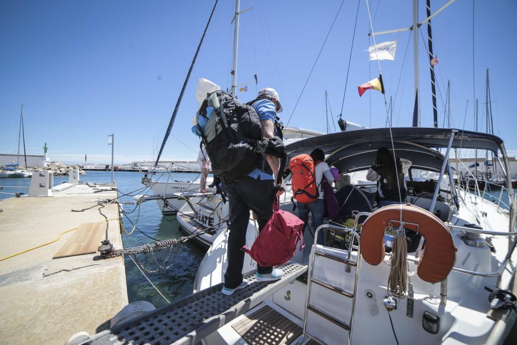 palma Sale el barco con gente de proyecto hombre voluntario de la Cai