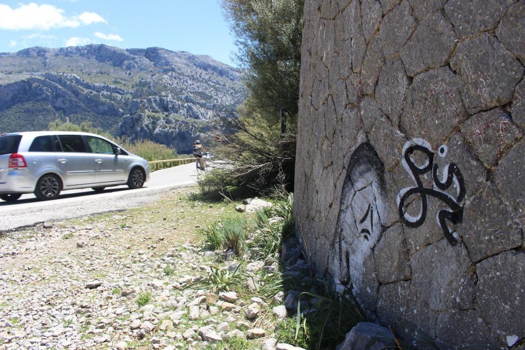 Vandalisme i grafitis a sa Calobra i la carretera