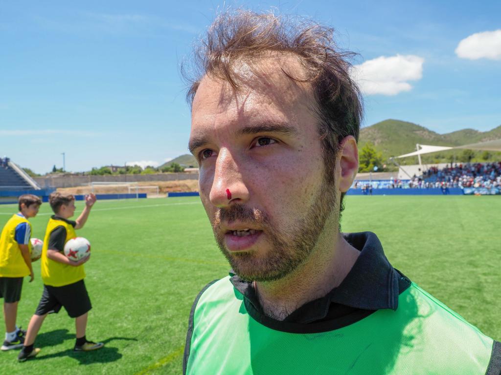 Un jugador del Atlético Levante la paga con un reportero gráfico