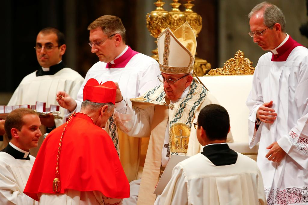 Francisco, bendiciendo a Luis Ladaria
