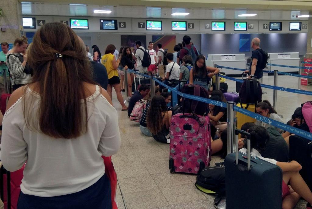 Avería deja en tierra centenar pasajeros del vuelo Malta-Barcelona de Vueling