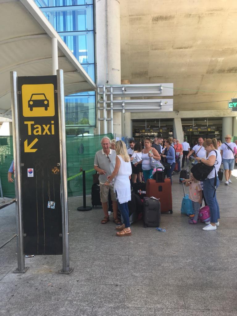Colas en la parada de taxis del aeropuerto de Palma