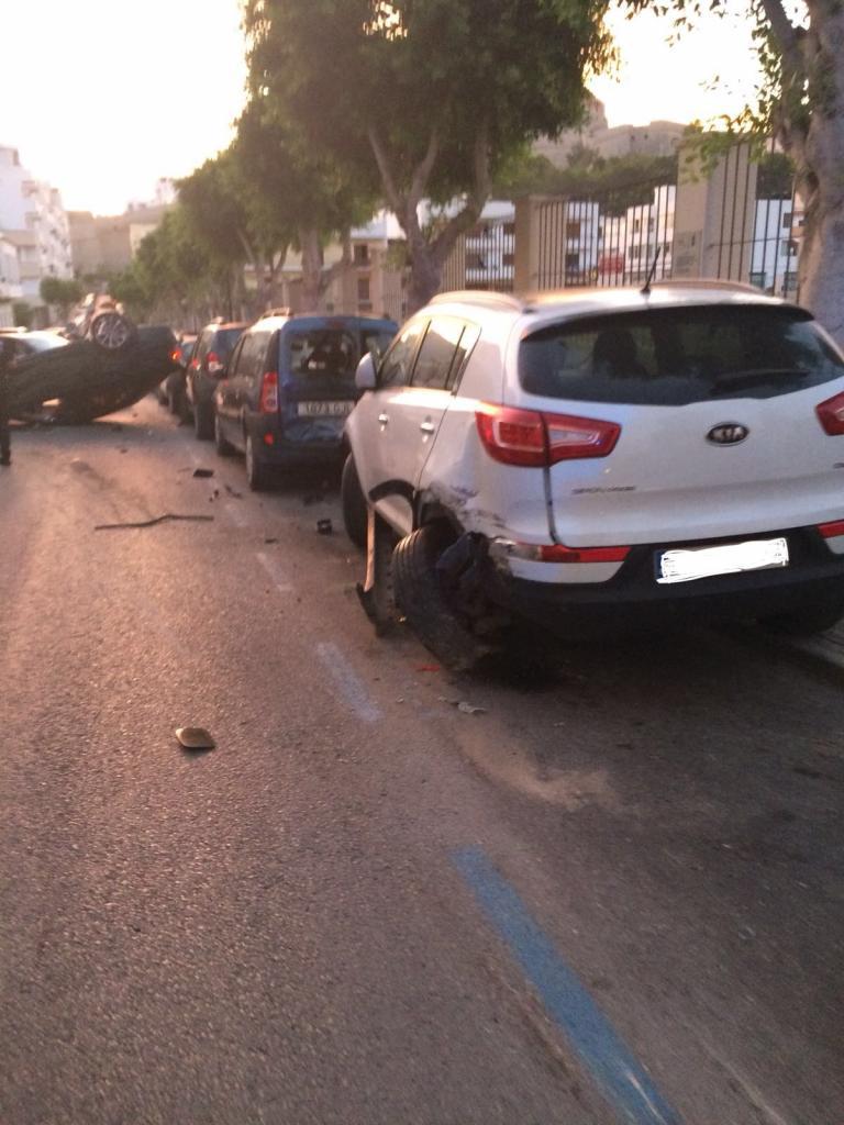 Aparatoso accidente en Ibiza con un coche volcado tras golpear a otros seis vehículos