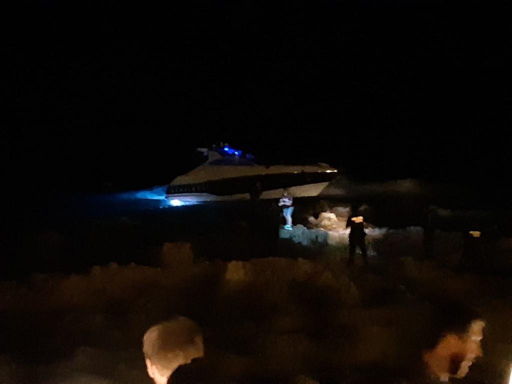 Caos por una embarcación encallada en Cala Rajada