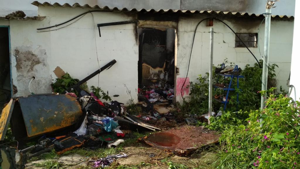 Un intoxicado y varios desalojados por el incendio de un almacén en Puig d'en Valls