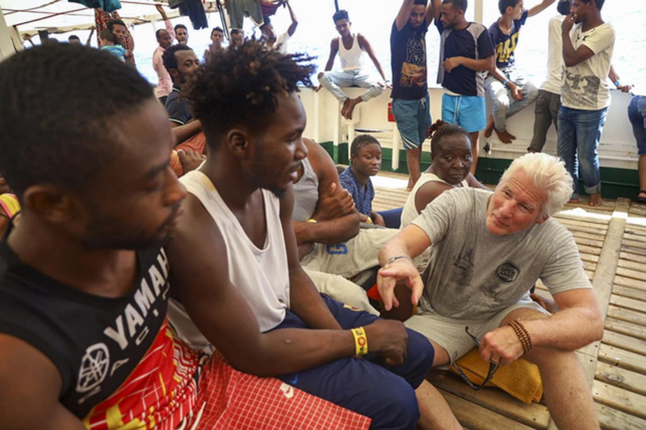 ITALIA - El actor Richard Gere lleva comida y provisiones al buque humanitario 'Open Arms'