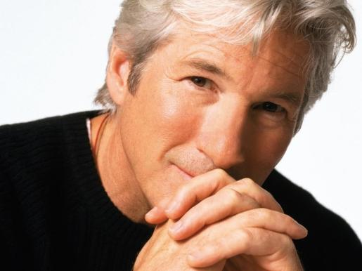 Richard Gere se mantiene joven, pese a sus canas.