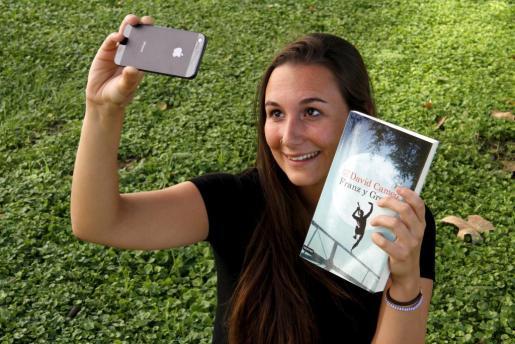 Una joven se hace un 'selfie' para participar en el concurso.