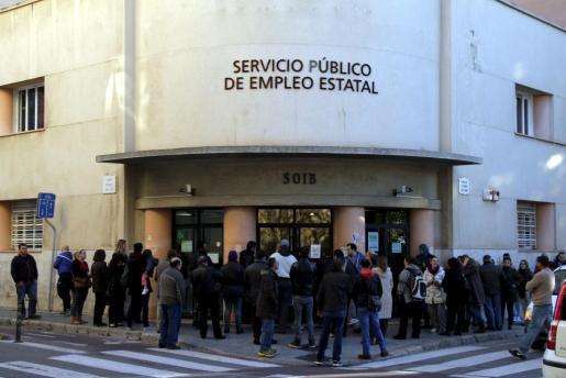 COLA DE PARADOS EN LAS OFICINAS DEL SOIB DE PALMA. MAS FOTOS EN EL DISCO DEL 04-02-201