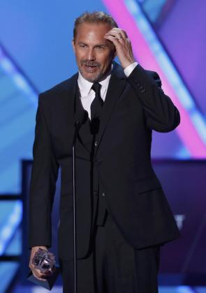 El actor Kevin Costner recibe el premio de la 20 edición del Annual Critics' Choice Movie Awards en Los Ángeles.