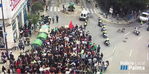 Imagen de la manifestación llevada a cabo por los estudiantes. 26-10-2016 | Policía Local (Twitter)