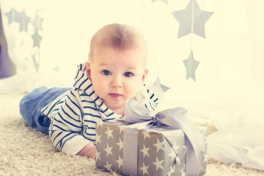 Deanna Marie Mason, experta en educación y salud familiar ha escrito una serie de recomendaciones para que según la edad y etapa de desarrollo de los más pequeños, podamos elegir el juguete más apropiado.