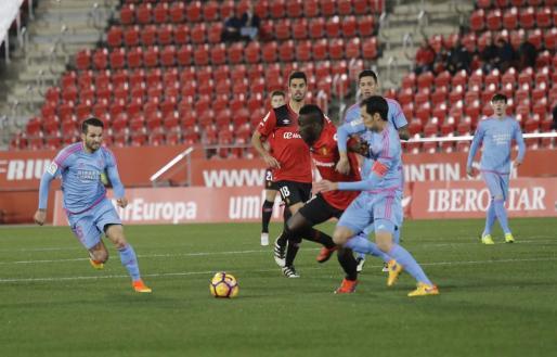 Lago Junior lucha por un balón ante un jugador del Mirandés.
