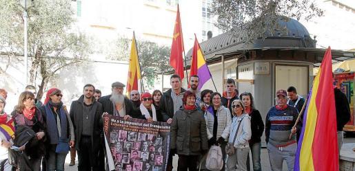 Unas treinta personas recordaron ayer en un recorrido histórico a los asesinados por el franquismo.