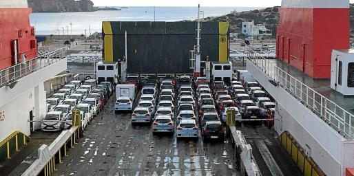 Las navieras Baleària y Trasmediterránea llevan semanas trayendo vehículos de rent a car desde Barcelona y Valencia.