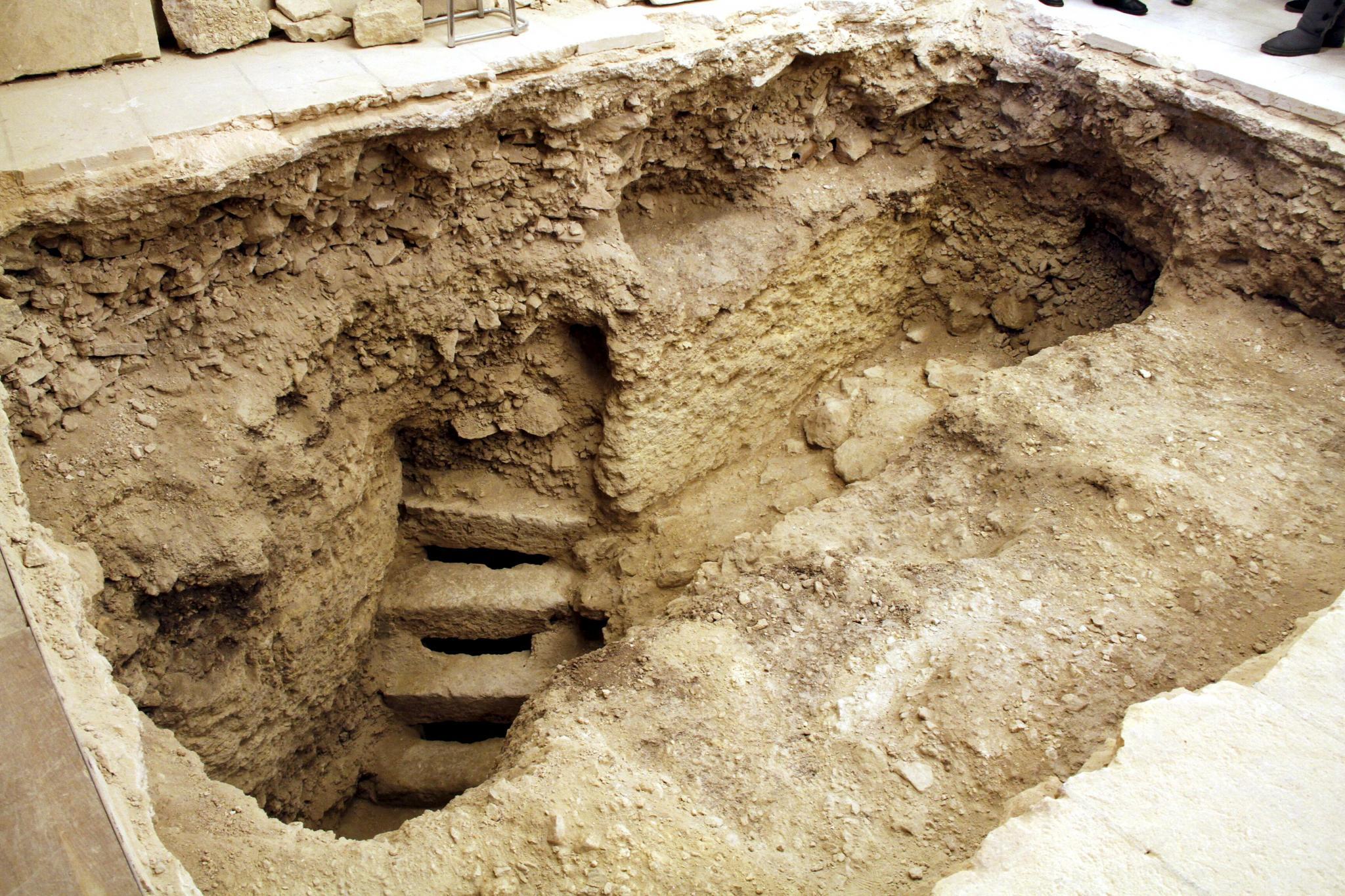 Un pasadizo y cinco escalones de piedra 39 acercan 39 el - Escalones de piedra ...