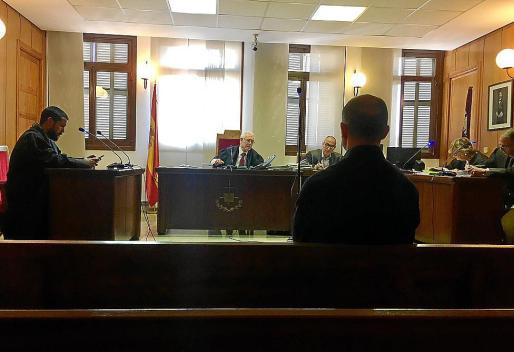 El acusado, en un banquillo del juzgado de lo Penal número 7 de Palma.