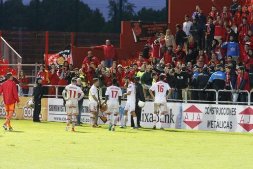 Los futbolistas del Mallorca fueron abroncados por la afición en Anduva después del descenso.