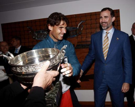 El rey Felipe VI celebra con Rafael Nadal el noveno triunfo de manacorí en Roland Garros en año 2013.