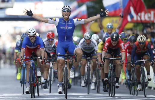 Liege (Belgium), 02/07/2017.- Quick Step Floors team rider Marcel Kittel of Germany celebrates as he crosses the finish line to win the 2nd stage of the 104th edition of the Tour de France cycling race over 203.5 km between Duesseldorf and Liege, Belgium, 02 July 2017. (Lieja, Bélgica, Ciclismo, Alemania, Francia) EFE/EPA/GUILLAUME HORCAJUELO Tour de France 2017 - 2nd stage