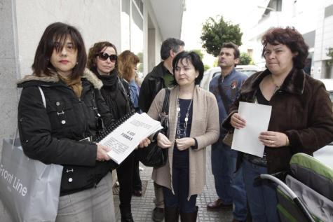 Los padres entregaron las firmas en la Conselleria  d'Educació del Govern, ayer.