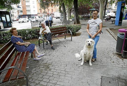 Graciela, junto a su 'Golden retriever', en la plaza Progreso de Palma.