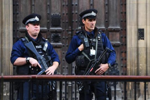 FA001. London (United Kingdom), 14/03/2016.- Police patrol the Houses of Parliament after the terror level was increased to 'critical' after the terrorist attack in Parsons Green station, London in Britain, 15 September 2017. A bomb exploded on an underground train near the 'Parsons Green' station injuring a number of people in an apparent terror attack. Media reports citing Scotland Yard say that the explosion on the train is being treated as terrorism. British Prime Minister Theresa May on 15 Septmeber ra